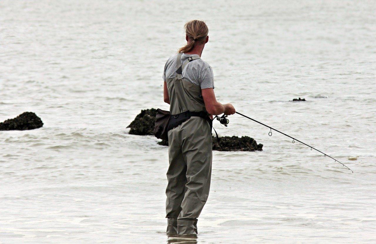 Подходящо ли е ловното облекло за риболов